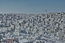 这才是性冷淡风 肃穆的城市鸦雀无声,只有飘在空中的清真寺的诵经。何止性冷淡啊。