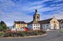 依云是个只有7500居民的法国小镇,它背靠阿尔卑斯山,面临莱芒湖,湖对面是瑞士的洛桑,是法国人休闲度