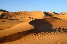 巴丹吉林沙漠,中国最美的沙漠。越野车在沙漠里行驶了六个多小时翻过一座又一座的沙丘,奇峰、湖泊、神泉、
