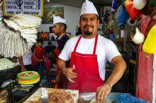 这是瓜达拉哈拉的一家食品市场在这里你可以品尝到许多地道的墨西哥小吃。这里的小吃品种真的是琳琅满目,而