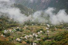 丹巴纳顶,从山顶俯瞰藏寨,远眺墨儿多神山,野果飘雪。