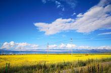 过了青海湖这个牌坊,基本就开启了环湖的旅程。从远远望去依稀看得到天边的一线水光,到湖水近在眼前,青海