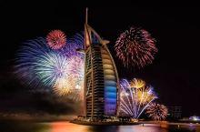 迪拜每年最为绚烂的夜空要数新年前夜的天空了,海滩上的帆船酒店、棕榈岛上的亚特兰蒂斯酒店,还有迪拜中心