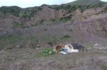 到尼玛县的路上,两边的山坡上成片的圆石,密密麻麻的散落在山岗上。公路一侧的河水绵延山谷,散布在河床上