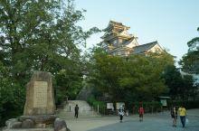 岛根县的松江城,是日本山阴地区惟一保存至今的天守阁为黑色的护板所复盖,庄重、优雅,令游人赞赏不已。从