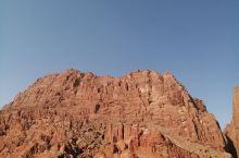 天山红山大峡谷,可谓崇山险峰,叹为观止,也是新疆必玩之地,进山谷门口有卖香梨、葡萄、特产干果,好吃价