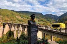 啊朋友再见,啊朋友再见...这是前南斯拉夫电影《桥》里的主题曲。 电影里的那座大桥,就在黑山的塔拉峡