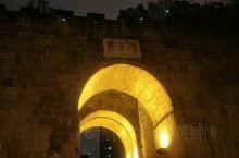 我是在一号线较场口下的车,和朋友吃完晚饭出去逛了逛,走进了这个重庆山城巷历史文化风貌区,非常具有重庆