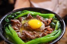 广东煲仔饭的正确吃法 随着天气变凉,走在广州的大街小巷里,都能闻到煲仔饭的香味。广东煲仔饭是广府传统