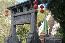 """卫辉香泉寺分西寺和东寺。东寺的看点要多于西寺。有明代""""南天门""""石坊;有旁边介绍上说为吴道子真迹的线刻"""