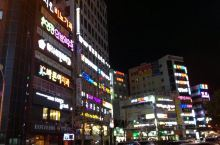 【釜山的夜】 到釜山已是晚上,入住后到处走走,除了灯箱和霓虹是韩文,其它几乎和任何一个城市都大同小异
