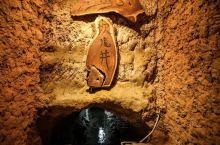 坎儿井是开发利用地下水的一种很古老式的水平集水建筑物,适用于山麓、冲积扇缘地带,主要是用于截取地下潜