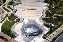 """2015年08月09日,新疆克拉玛依,原克拉玛依一号井原址由不锈钢制成的 """"大油泡""""主体安装完毕。"""