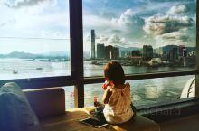 望窗外的维多利亚湾,看日出日落/          维多利亚港(英语:Victoria Harbou