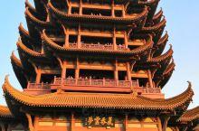 """黄鹤楼位于湖北省武汉市长江南岸的武昌蛇山之巅,濒临万里长江,是国家5A级旅游景区,""""江南三大名楼""""之"""