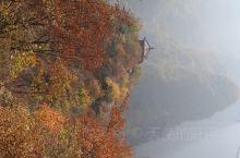 秋天静如水,远岫碧侵云。