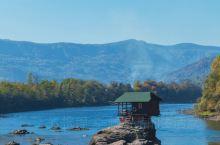 坐车6小时,只为这座水中小屋  水中小屋建在Drina River的一块岩石上,这条河也是塞尔维亚与