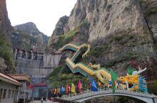 第一次去延庆的龙庆峡,感觉还不错,蓝天白云下,蜿蜒不断的山峦,很是壮观,搭乘超长的龙形电梯登山,非常