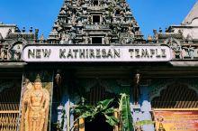 新旧印度神庙 彩色这个新新的是旧庙,灰灰的这个看起来旧旧的是新庙。这里其实是三个一排的庙,还有一个是