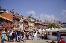 到加德满都就不能不去距市中心八公里的千年佛塔博达哈大佛塔,它是尼泊尔八个世界遗产之一,是世界七大奇迹