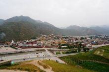 当地必打卡: 拍拉卜楞寺全景的最佳位置,拉卜楞寺对面的山坡上有着一览拉卜楞寺的绝佳角度,在对面的山坡