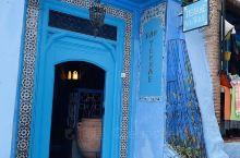 据传说这里以前大都是红顶白墙的房子。在上世纪三十年代一位法国画家在一次作画时不慎将一个蓝色的颜料盘打