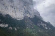 恩施大峡谷,位于市区西北,相距不到50公里。群山连绵不绝,山势险峻,云蒸雾罩,土家苗寨若隐若现,仙境