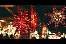 伯明翰的圣诞季实在是太童话太美好了。大概是我在英国见到的最大的圣诞集市了,恰逢周末,每个摊位上都挤满