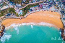 枸杞岛海域是嵊泗列岛中为数不多的蓝海,金黄色的沙滩,旅游业越来越发达,居民们将自己层层叠叠的老房子改