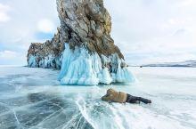 有一种冬天的美,叫贝加尔湖! 李健的一首《贝加尔湖畔》让这个神秘且古老的湖泊出现在大家眼前。 地理上