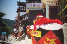位于贵州高原西北部的茅台镇,隶属于怀仁市。因茅台酒而闻名于世,也是中国第一批特色小镇。 进入茅台镇,