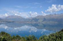 皇后镇开往格林诺奇的景观公路,四周高山林立,宝石蓝色的湖水倒映着山,虽然名气远不如澳洲的大洋路,但个