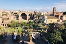 君士坦丁凯旋门位于斗兽场和废墟之间,为纪念君士坦丁一世312年米里维桥战役的胜利而修建,是罗马现存凯
