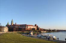 克拉科夫小城南部就是瓦维尔城堡。是一座哥特式建筑,修建于卡齐米日三世时期。瓦维尔城堡在历史上曾长期是