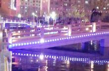 和田玉泉河公园的夜景,楼映水中,灯火两重,明亮璀璨,流光溢彩。就在和田夜市附近,美餐完之后,可以来逛