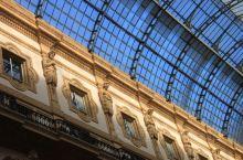 米兰大教堂旁边的这个购物长廊非常有名,历史也很悠久。长廊里有各种餐饮和商铺,很多大牌都有店