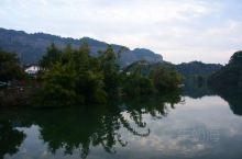 翔龙湖是一个龙形的长河状湖泊,位于广东韶关丹霞山风景区内,是长老峰与阳元山二个景区中的隔断,湖边的山