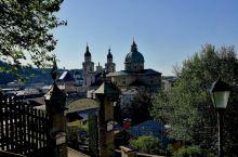 站在萨尔斯城堡平台上,往下眺望,一马平lll,整座古城尽收眼底。美丽的萨尔斯河从城市当中流过,把城市