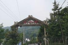 《开山石门 依山傍水》 *** 彭州市磁峰镇石门村,依山傍水、风景秀丽。一条土溪河蜿蜒流淌,钓鱼钓蠏
