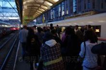 乘坐高铁四小时由莫斯科抵达圣彼得堡,时间是21:35。