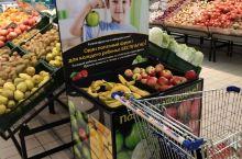 """白俄罗斯的超市有""""免费""""提供的水果(仅对于孩子).圣诞节马上到了。白俄罗斯的超市,商场都换上新的装扮"""