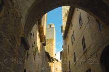 游人从远处一眼便可认出圣吉米尼亚诺;一旦走进城墙,周边景致令人叹为观止。在托斯卡纳绿色的农田中耸立着
