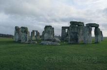 英国的巨石阵,值得一去的旅游据点。你可以绕着巨石阵圈走一圈,从不同角度看看这世界闻名的古迹。