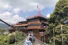 午饭来到了这个网红餐厅、餐厅有3层,建筑是一艘大船,这里是一个湖、名字叫做Patenggang La