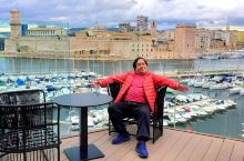一家位於法国南部大城馬赛之豪華级酒店,地處老港口之樽頸位置,在其大堂外之露台眺望,馬赛之市景一覧無餘