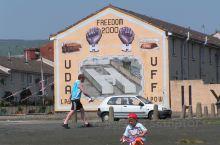 贝尔法斯特是北爱尔兰的最大城市。自1921年北爱尔兰成立以来,贝尔法斯特一直是首都。这里曾是其天主教