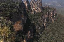蓝山国家公园坐落在新南威尔士州境内,距离悉尼97公里,车程1小时30分钟。蓝山的标志就是三姐妹峰,蓝