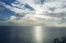 关岛著名的景点是情人捱,连心锁头的数量多得很壮观。 另外还有著名的彩虹教堂,有不少日本人也喜欢订这个