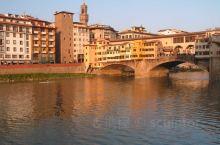 老桥(Ponte Vecchio)是一座中世纪的石头密闭拱形拱桥,位于意大利佛罗伦萨的亚诺河上。沿途