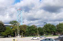 加拿大温莎市,和美国底特律一河之隔,河上有连接美加的'大使桥'和一条河底隧道可以同行,到河对岸只要十